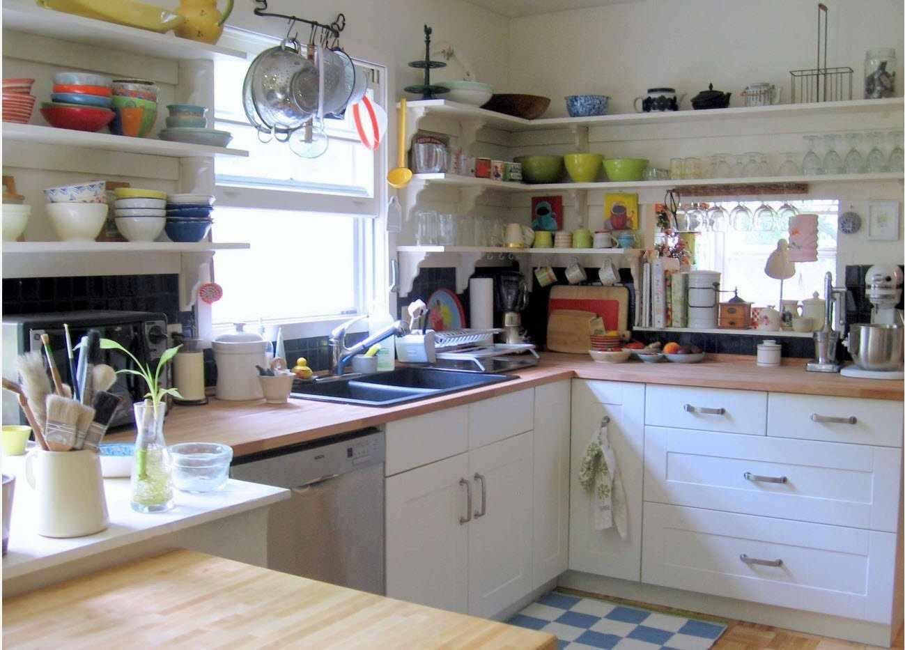 Угловые полки на белой кухне