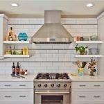 Белая кухня с металлической вытяжкой