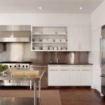Белые кухонные шкафы с открытыми полками