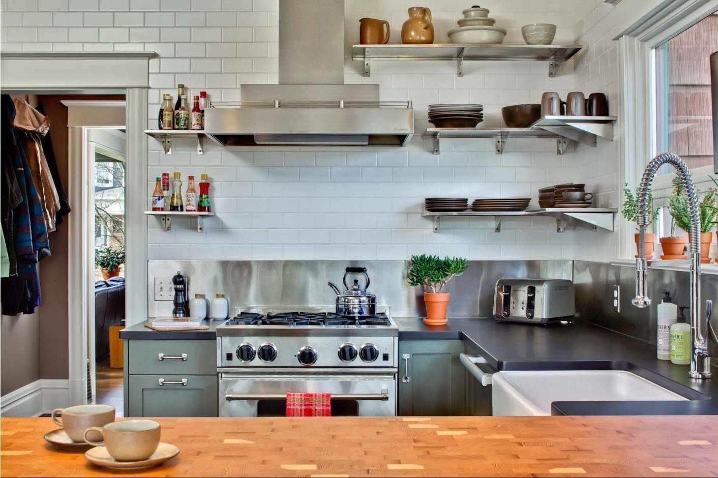 Навесные открытые полки в пространстве кухни над рабочей поверхностью