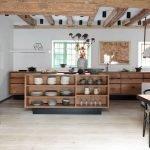 Кухня островного типа в коричневых тонах