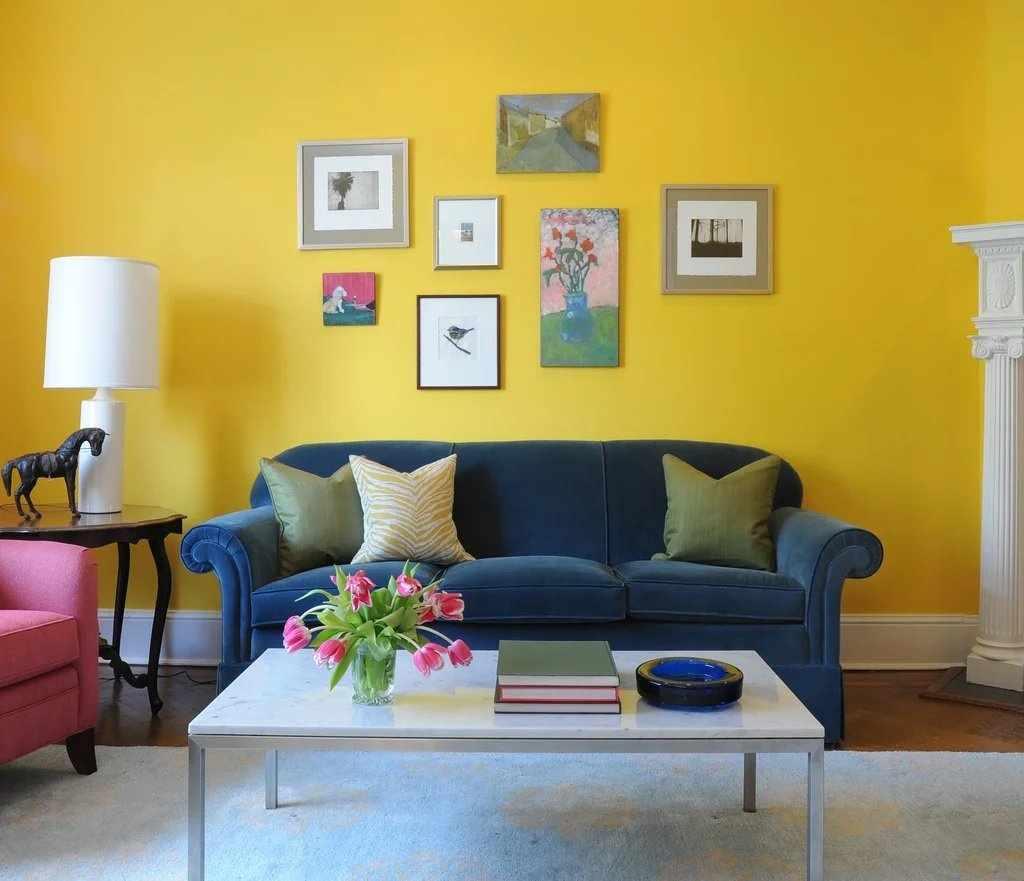 Желтые стены в комнате