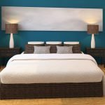 Лампы на тумбочках по бокам кровати