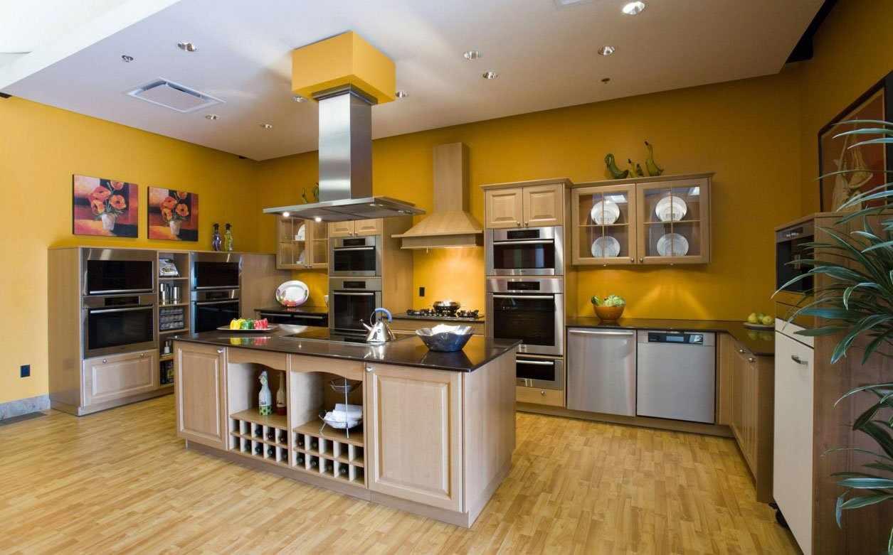 Горчичные стены на кухне