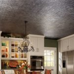 Серый потолок в интерьере кухни