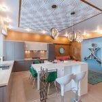 Панели для потолка в интерьере кухни