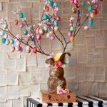 Дерево с цветными яйцами