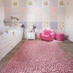 Розовый ковер на полу