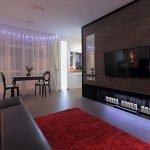 Красный коврик у дивана