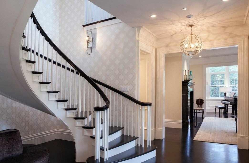 Лестница с перилами в интерьере