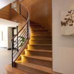 Лестница с высокими перилами