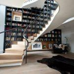 Книжные полки по всей стене