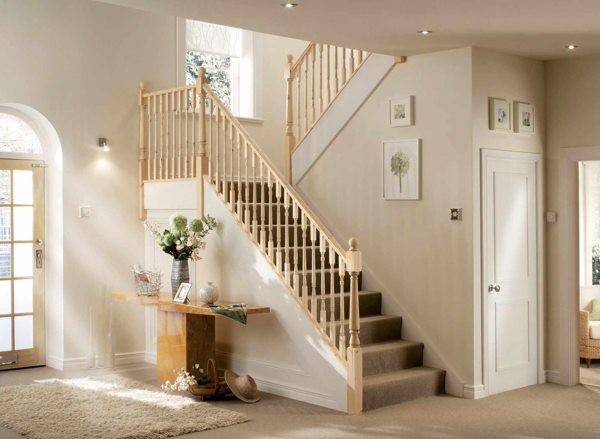 Лестница с небольшим расстоянием между опорами под перилами