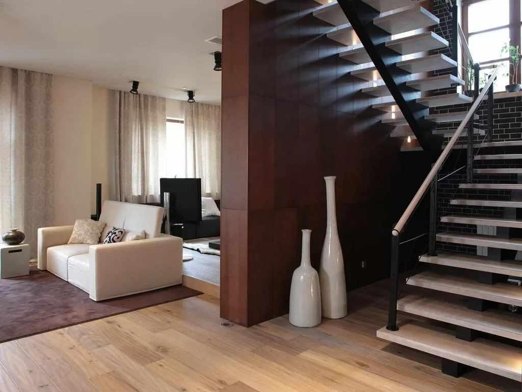 Лестница со светлыми перилами