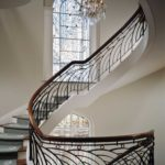 Витражные окна на лестнице