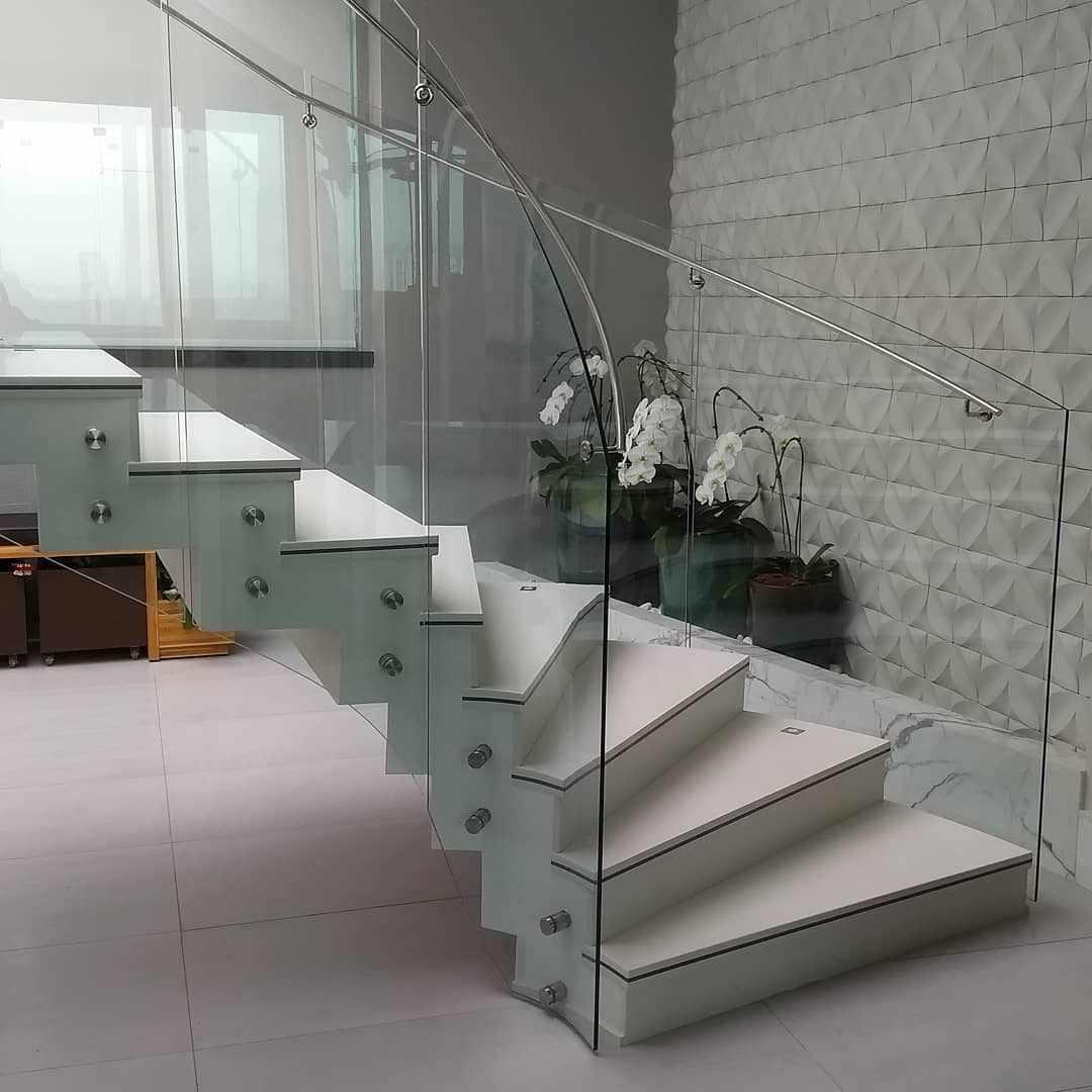 Лестница с перилами из стекла