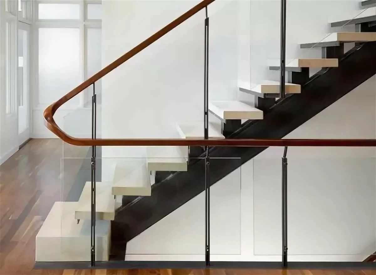 Лестница с перилами из пластика