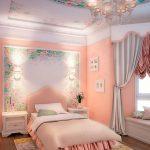 Узоры на потолке и стене в спальне