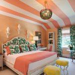 Полосатый потолок в спальне
