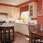 Столик посередине кухни