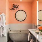 Панно на стене в ванной