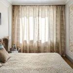Песочный текстиль в спальне