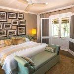 Спальня в стиле прованс с песочными стенами