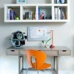 Оранжевый стул в комнате