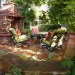 Столик и стулья у очага