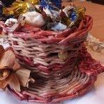 Конфеты в миске из газетных трубочек