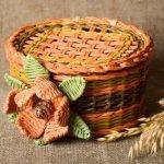 Плетеная корзина с цветком