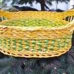 Зелено-желтая плетеная корзина