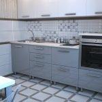 Белая плитка в отделке пола и стен кухни
