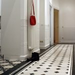 Светлая плитка на полу