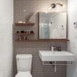 Полки и зеркало в туалете