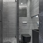 Серая фактурная плитка в отделке туалета