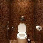 Мозаичная плитка шоколадного цвета в дизайне туалета