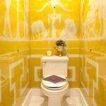 Желтая плитка с белым орнаментом в туалете
