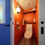 Оранжевый кафель в туалете