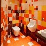 Яркие цвета в дизайне туалета