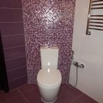 Мозаичная плитка фиолетового цвета в дизайне туалета