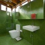 Зеленая мозаика в туалете
