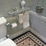 Плитка с орнаментом на полу в туалете