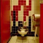 Сочетание красного, белого и черного в дизайне туалета