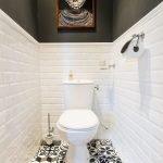 Белая плитка кабанчик в дизайне туалета