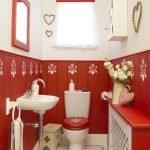 Романтический стиль в дизайне красно-белого туалета
