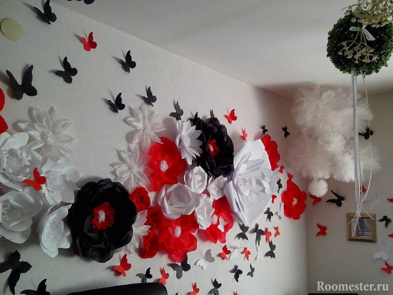 Цветы и бабочки на стене