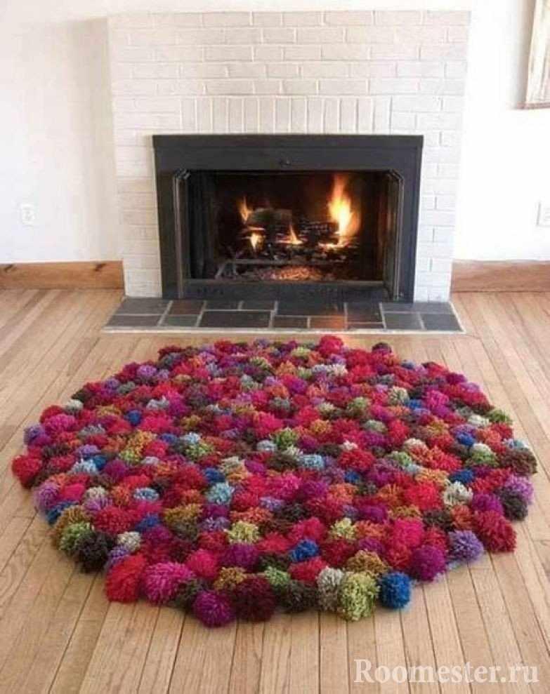 Разноцветный коврик из помпонов
