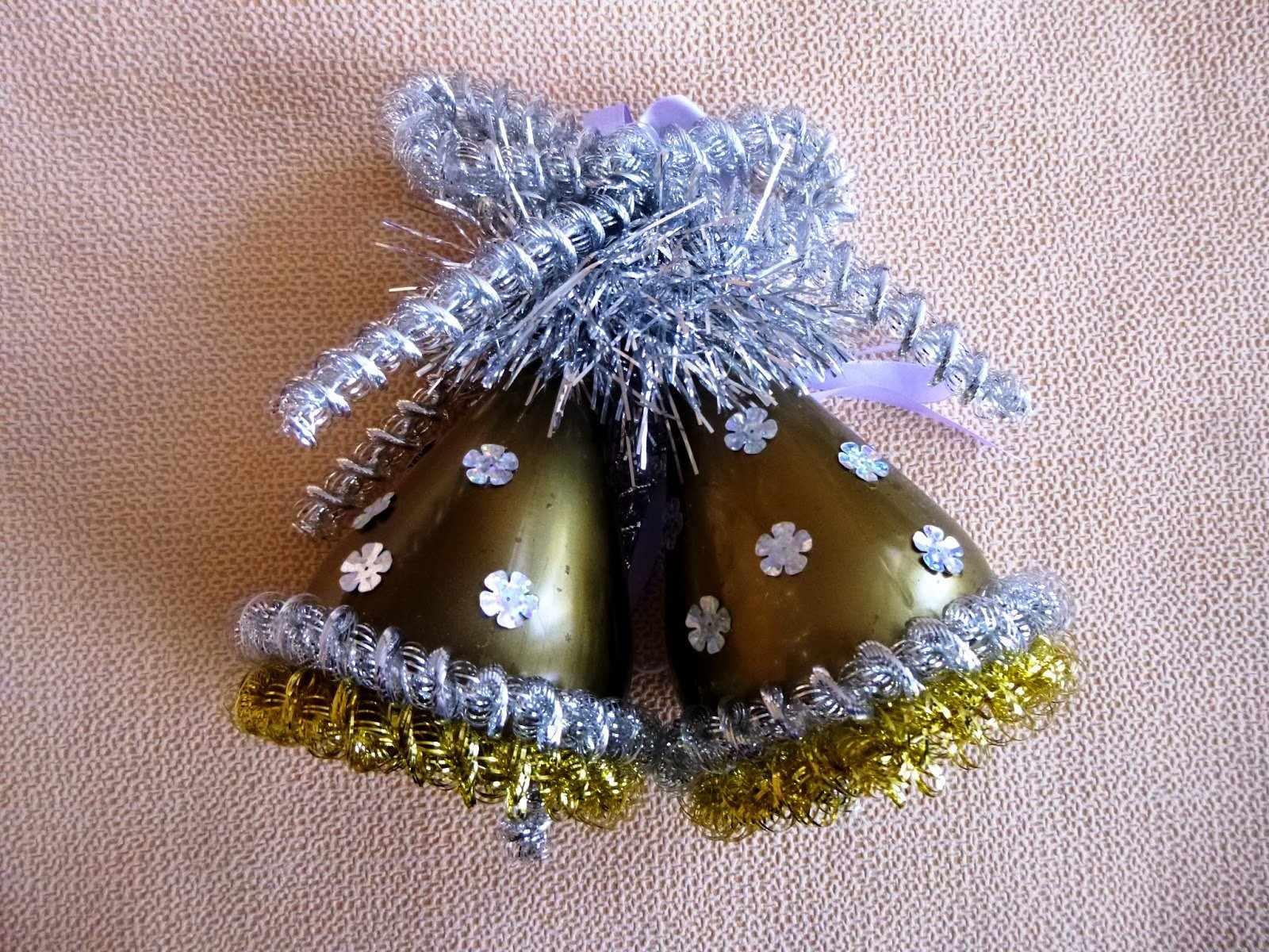 Новогодние елочные украшения из бутылок