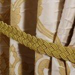 Золотистый рисунок на шторе